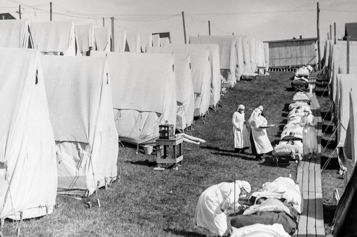 nurses tending the ill during the 1918 influenza pandemic